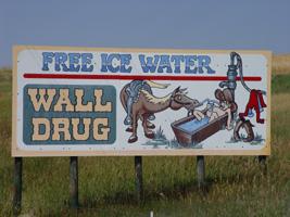 Cartel publicitario clave del éxito de lo que hoy es el famoso Wall Drug wall drug store, pare aquí para su agua con hielo gratis! - trip 2003 07 20 SD Unknown Wall Drug ice water sign 200 - Wall Drug Store, pare aquí para su agua con hielo gratis!