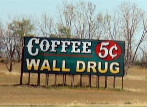 Cartel en la carretera con el famoso precio de 5 centavos por taza de café wall drug store, pare aquí para su agua con hielo gratis! - wall dru1 - Wall Drug Store, pare aquí para su agua con hielo gratis!