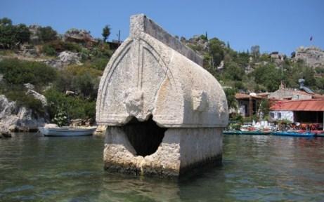 Éste tipo de tumbas, las cuales están esparcidas por montañas, a ras de agua e incluso a muchos metros de profundidad, son el símbolo de la zona de Simena-Kekova kekova, la ciudad sumergida del mediterráneo - 7 BnHover 1024x768 - Kekova, la ciudad sumergida del Mediterráneo