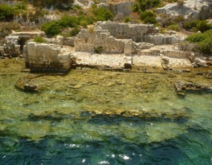 Las ruinas de la antigua ciudad de Kekova, comienzan en la montaña y se van introduciendo en las profundidades del mar mediterráneo hasta una profundidad de 25 metros. kekova, la ciudad sumergida del mediterráneo - kekova 1024x768 - Kekova, la ciudad sumergida del Mediterráneo