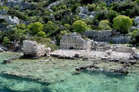 Es fascinante ver -gracias a éstas cristalinas aguas- el fondo del mar con edificios, calles, ruinas ... kekova, la ciudad sumergida del mediterráneo - kekova island01 1024x768 - Kekova, la ciudad sumergida del Mediterráneo