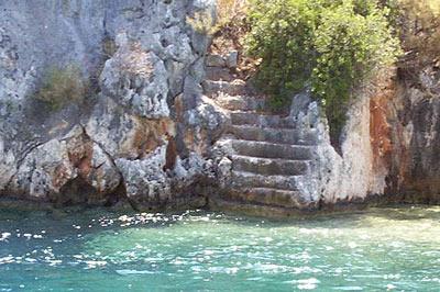 Escaleras que se pierden en el fondo del mar, hacia la sumergida ciudad de Kekova kekova, la ciudad sumergida del mediterráneo - sunken city - Kekova, la ciudad sumergida del Mediterráneo