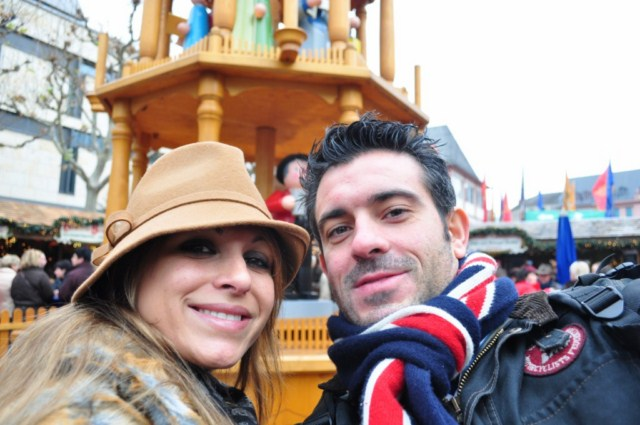 Con @necklaceofpearl delante de la pirámide navideña de Mainz Mercado navideño de Mainz, uno de los más bonitos de Alemania - DSC 0294 - Mercado navideño de Mainz, uno de los más bonitos de Alemania