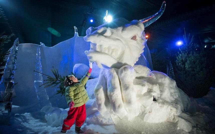 Dentro del Magical Ice Kingdon está el imponente castillo de hielo, donde te permiten sentarte en el carro de hielo tirado por el unicornio (también de hielo) para tomarte una fotografía… eso sin olvidar la impresionante guarida del Dragón de hielo.