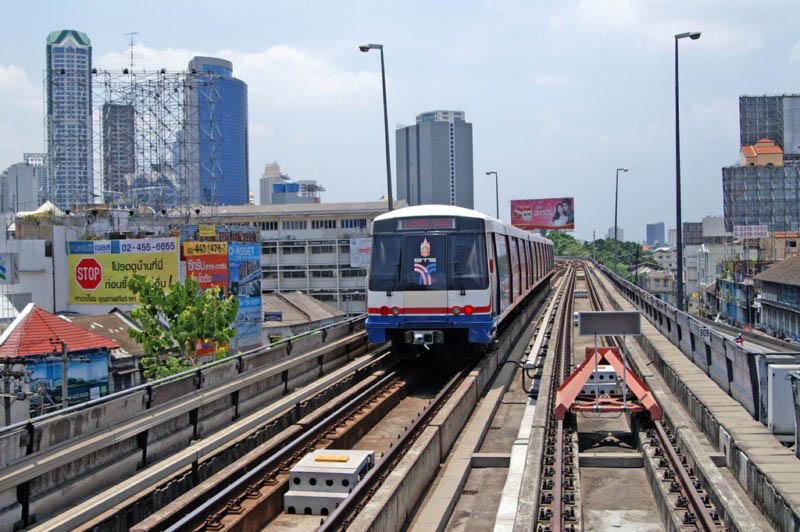 cómo moverse por bangkok - BTS Skytrain leaving Saphan Taksin station in Bangkok 1024x768 - Cómo moverse por Bangkok