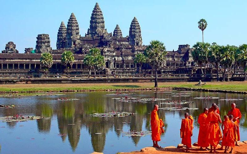 Angkor Wat en Camboya visitar los templos de angkor en un día - Buddhist monks in front of the Angkor Wat 800x500 - Visitar los templos de Angkor en un día