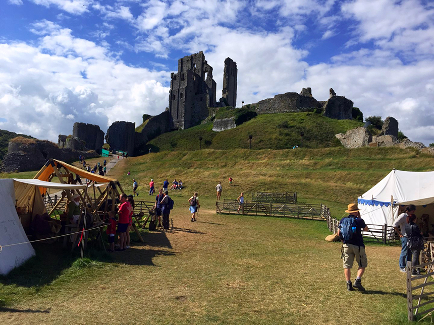 """castillo de corfe - Castillo de Corfe Corfe Castle Dorcel - Escenarios de """"La Bruja Novata"""" – Castillo de Corfe"""