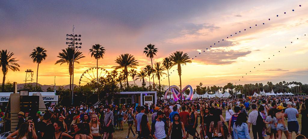 que hacer en Palm Springs, California, Coachella - Thewotme que hacer en palm springs - Coachella 2014 sunset with balloon chain and Lightweaver - Las mejores cosas que hacer en Palm Springs